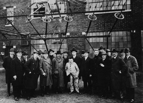 Albert_Einstein_with_other_engineers_and_scientists_at_Marconi_RCA_radio_station_1921 (1)